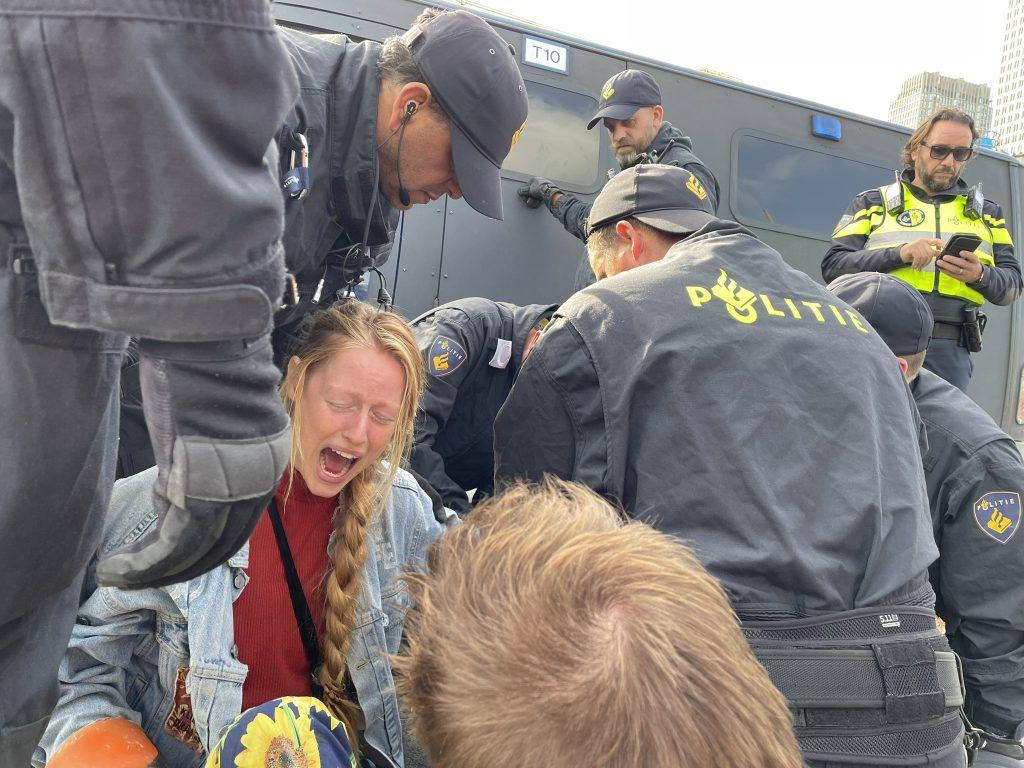 Pijn bij demonstrant die zich heeft vastgeketend aan een houtblok.