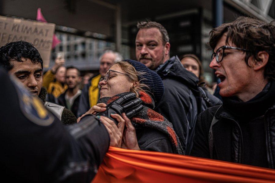 politieagent grijpt vreedzame activist bij de keel